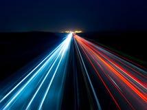 Oskarpt abstrakt foto av ljusen av bilar royaltyfri foto