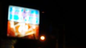 Oskarpt abstrakt neon undertecknar in rött, blått och vitt för annonsering i mörk natt Arkivbild