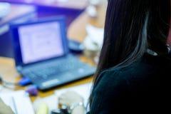 Oskarpt av en konferens för affärskvinna med bärbara datorn i mötesrum royaltyfri foto