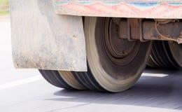 Oskarpt av lastbilhjul som roterar med att köra på den hög hastigheten royaltyfri bild