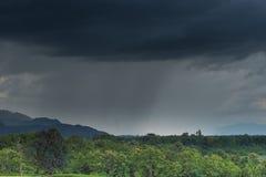 Oskarpt av regnstorm över berget royaltyfri bild