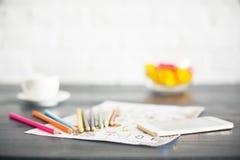 Oskarpt skrivbord med olika objekt arkivfoto