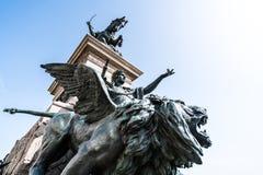 Oskrzydlona lew statua przy zwycięzcy Emmanuel II zabytkiem, Wenecja, Włochy obraz royalty free