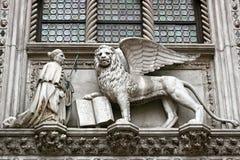 Oskrzydlony lew i doża Fotografia Royalty Free