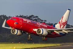 OskuldAustralien flygbolag Boeing 737-7FE VH-VBZ som tar av från Melbourne den internationella flygplatsen Arkivfoto
