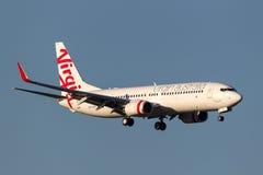 OskuldAustralien flygbolag Boeing 737-8FE VH-YFF på inställningen som ska landas på Melbourne den internationella flygplatsen Royaltyfri Fotografi