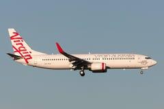 OskuldAustralien flygbolag Boeing 737-8FE VH-YFF på inställningen som ska landas på Melbourne den internationella flygplatsen Arkivfoton