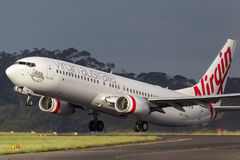 OskuldAustralien flygbolag Boeing 737-8FE VH-YVA som avgår Melbourne den internationella flygplatsen Royaltyfria Bilder