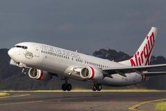 OskuldAustralien flygbolag Boeing 737-8FE VH-YVA som tar av från Melbourne den internationella flygplatsen Royaltyfri Fotografi