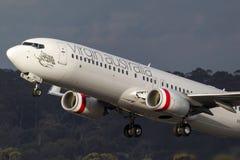 OskuldAustralien flygbolag Boeing 737-8FE VH-YVA som tar av från Melbourne den internationella flygplatsen Arkivbild