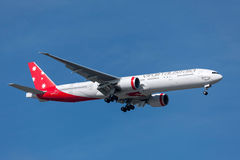 OskuldAustralien flygbolag Boeing 777-3ZG/ER VH-VPE på inställningen som ska landas på Melbourne den internationella flygplatsen Arkivbild
