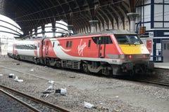 Oskulden utbildar den elektriska lokomotivet för grupp 91 på York 10th September 2017 Royaltyfri Foto