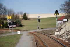 Oskyddad järnväg korsning Järnväg signalerande utrustning på en drevkorsning, Tjeckien Järnväg infrastruktur soligt arkivfoton