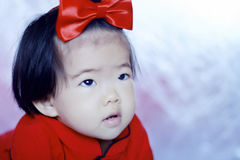 Oskyldiga kinesiska små behandla som ett barn i röd cheongsam Royaltyfri Fotografi
