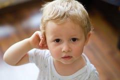 Oskyldiget behandla som ett barn pojkeståenden royaltyfri fotografi