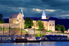 Oslo Akershus på natten Arkivfoto