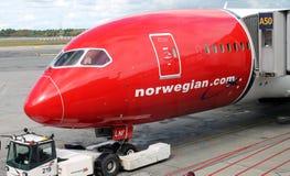OSLO - AUGUSTI 13: Norsk luftBoeing Dreamliner 787 nivå som parkeras på den Oslo Gardermoen flygplatsen på Augusti 13, 2014 Royaltyfri Foto
