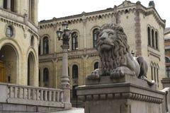 Oslo. Beeldhouwwerk van Leeuw Stock Afbeeldingen