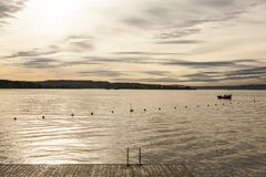 Oslo-fjord guld- vatten av fjorden på solnedgången Arkivbild