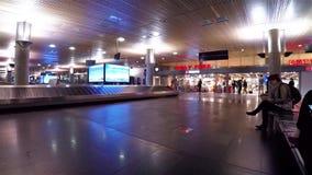 Oslo-Flughafen nach innen mit Ansicht am Gurt und am Dutyfreeshop stock footage