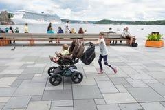 Oslo folk som tycker om på Aker Brygge Arkivbild