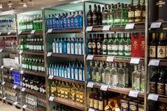 OSLO GARDERMOEN, NORVÈGE - 3 NOVEMBRE : Alcools dans la boutique hors taxe à l'aéroport international d'Oslo Gardermoen Photographie stock
