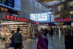 OSLO GARDERMOEN, NORVÈGE - 3 NOVEMBRE : Intérieur de boutique hors taxe Photos libres de droits