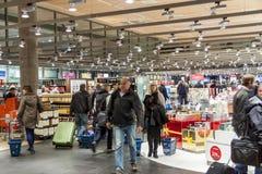 OSLO GARDERMOEN, NORVÈGE - 3 NOVEMBRE : Intérieur de boutique hors taxe Photographie stock