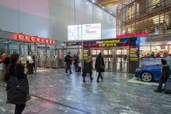 OSLO GARDERMOEN, NORWEGEN - 3. NOVEMBER: Innenraum des Duty-free-Shops Lizenzfreies Stockfoto