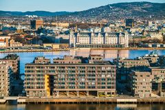 Oslo hamn i morgonen Panoramautsikten från Ekebergparken skulptur parkerar royaltyfri foto