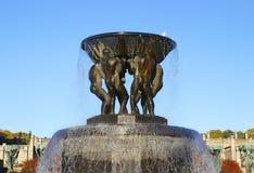 OSLO - LA NORVÈGE - 13 NOVEMBRE : Fontaine en bronze dans le scul de Vigeland Images libres de droits