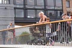 Oslo - ludzie chodzi w Aker Brygge fotografia royalty free
