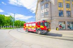 OSLO, NOORWEGEN - 8 JULI, 2015: Het rode firetruck overgaan Stock Fotografie