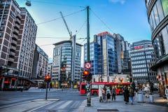 OSLO, NOORWEGEN - JULI 2015: Mensen die in de straat van Oslo in de avond rondwandelen stock fotografie