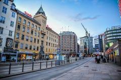 OSLO, NOORWEGEN - JULI 2015: Mensen die in de straat van Oslo in de avond rondwandelen royalty-vrije stock afbeeldingen