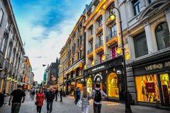 OSLO, NOORWEGEN - JULI 2015: Mensen die in Karl Johans Gate, de beroemde straat rondwandelen van Oslo in de avond royalty-vrije stock fotografie