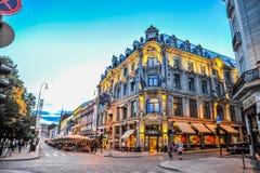 OSLO, NOORWEGEN - JULI 2015: Mensen die in Karl Johans Gate, de beroemde straat rondwandelen van Oslo in de avond royalty-vrije stock foto