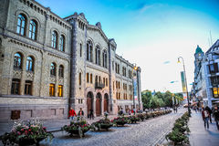 OSLO, NOORWEGEN - JULI 2015: Mensen die in Karl Johans Gate, de beroemde straat rondwandelen van Oslo in de avond stock afbeeldingen