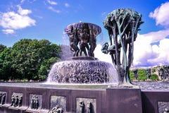 OSLO, NOORWEGEN - JULI 2015: Scultpurestandbeelden en de fontein in het Park van Vigeland Scultpure in Oslo, Noorwegen royalty-vrije stock foto