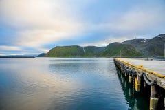 OSLO, NOORWEGEN - JULI 2015: Stedelijke pijler met het mooie landschap van overzees en berg in Noorwegen royalty-vrije stock foto's