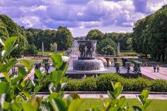 OSLO, NOORWEGEN - JULI 2015: Toeristen die bij Vigeland-Beeldhouwwerkpark genieten van in Oslo, Noorwegen stock afbeeldingen