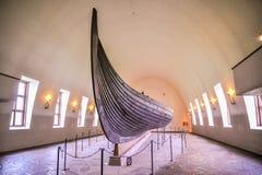 OSLO, NOORWEGEN - JULI 2015: Viking drakkar in Viking-museum in Bygdoy, Oslo, Noorwegen stock afbeeldingen