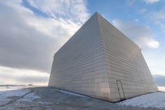 Oslo, Noorwegen - Maart 16, 2018: De bouwdeel bovenop de Operahuis van Oslo, met wolken en hemel op de achtergrond stock foto's