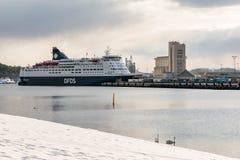 OSLO, Noorwegen - Maart 16, 2018: De passagiersveerboot van kroonzeewegen bij de haven van Oslo, klaar om van Oslo, Noorwegen aan royalty-vrije stock afbeelding
