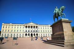 "OSLO NORGE †""AUGUSTI 17, 2016: Turist- besök Royal Palace Royaltyfri Foto"