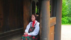 OSLO - NORGE, AUGUSTI 2015: , traditionell scandiavian kläder för kvinnaklänning lager videofilmer