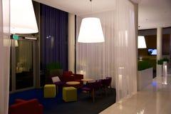 OSLO NORGE JANUARI 20th, 2017: Vardagsrumområde av ett hotell Fragment av lobbyen Inredesignen, flygplatshotell, parkerar gästgiv royaltyfri fotografi