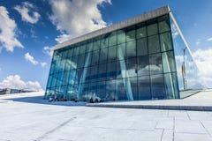 OSLO NORGE - JULI 09: Sikt på en sida av den nationella Oslo operahuset på Juli 09, 2014 i Oslo, Norge Royaltyfria Bilder