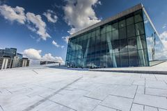 OSLO NORGE - JULI 09: Sikt på en sida av den nationella Oslo operahuset på Juli 09, 2014 i Oslo, Norge Arkivfoton