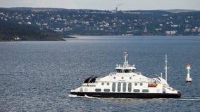 OSLO NORGE - MAJ 17, 2012: Den lilla färjan Tideprinsen transporterar passagerare och bilen i vattnet av Oslo royaltyfri fotografi